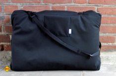 Aus einer sportlichen Tasche wird durch Aufklappen schnell ein vollwertiges Hundebett. (Foto: handmade for dogs)