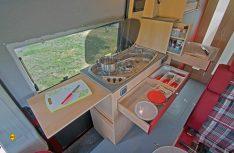 Die Längsküche im Avanti H kann mit zwei Arbeitsflächen und viel Stauraum glänzen. (Foto: Werk)