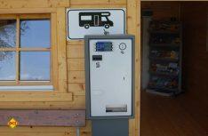 Die Stellplatzgebühr kann per Automat entrichtet werden. (Foto: det)
