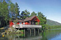 Mehr Einsamkeit, Stille und Erholung geht kaum – romantisches Ferienhaus an einem schwedischen See. (Foto: novasol)