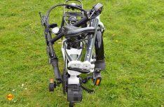 Das zusammengelegte Falt-Bike kann zum Transport leicht gerollt werden. (Foto: det)