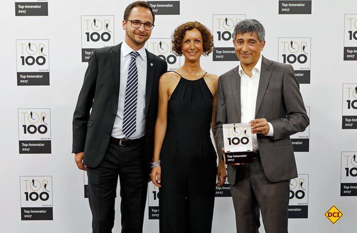 """Philipp Wegmann, Leiter Business Development und Jutta Bringazi, zuständig für die Pressearbeit, nahmen die Auszeichnung am 23. Juni 2017 von """"TOP 100""""-Mentor und Wissenschaftsjournalist Ranga Yogeshwar (rechts) in Essen entgegen. (Foto: Truma)"""