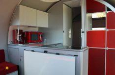 Der Eingang und die Küchenzeile des Beauer 3x. (Foto: Werk)