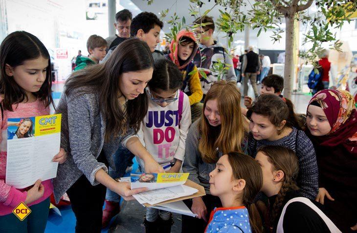 Seit 2012 gibt es auf der Messe CMT in Stuttgart den CMT-Schultag. Jetzt wurde die Messe Stuttgart für ihr soziales Engagement geehrt. (Foto: Messe Stuttgart)