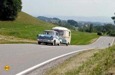 Das Siegergespann Ford P2 und Eriba-Hänger unterwegs. (Foto: Hymer)