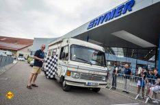 Die Startflagge senkt sich am Hymer-Center in Bad Waldsee: Los gehts für den Bedford-Hymer zur ersten Hymer Historic Rallye. (Foto: Hymer)