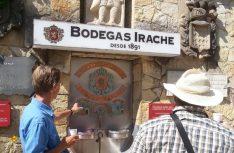 In Estrella dürfen sich Pilger kostenlos an dem Weinbrunnen der Bodegas Irache laben. (Foto: Meurer)