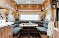 Das grob gemaserte Möbeldekor sorgt für eine rustikale Wohnatmosphäre, die U-Sitzgruppe für Bequemlichkeit. (Foto: Werk)