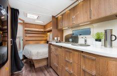 Blick zum Heckschlafzimmer mit dem komfortablen Doppelbett. Davor befindet sich die großzügige Küche. (Foto: Werk)