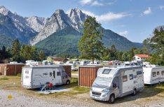 Luxus pur mitten in der Natur – auf Wunsch gibt es im Fünf-Sterne-Camping Resort Zugspitze ein Privatbad direkt am Stellplatz. (Foto: Marc Gilsdorf)
