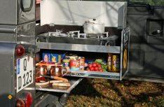 In der Basisbox befinden sich ein ausziehbares Kochmodul mit Gaskocher und Staufach für Vorräte. (Foto: Werk)