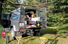 Die praktische Campingbox von Ququq wird einfach in den Kofferraum des Landrovers gestellt und mit Gurten gesichert. (Foto: Werk)