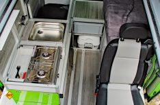 Blick von oben durch das Dach: Die Küche und der Einzelsitz. Die Sitzgruppe wird mit den drehbaren Fahrerhaussitzen komplettiert. (Foto: Werk)