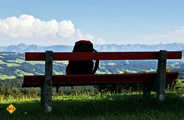 Vom Höhenweg in Scheidegg geht der Blick weit über das grandiose Alpenpanorama vom Westallgäu. (Foto: Rolf Breuer)