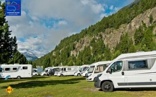 Warten auf den Startschuss: Die Freizeitfahrzeuge der Caravan-Salon-Pressereise sammeln sich für die Entdeckungsreise durch das Engadin (Foto: CIVD)