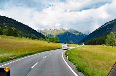 Abwechslungsreiche Landschaften begleiten die Reise zur nächsten Sehenswürdigkeit (Foto: hcb)