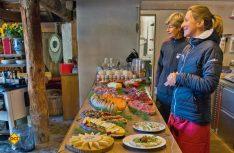 Brot, Wurst, Käse, Schinken und Obst – alle Köstlichkeiten der Engadiner Küche werden zum Frühstück heute aufgefahren (Foto: CIVD)
