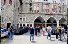 Nach einem BMW, Mercedes oder Audi dreht sich hier keiner mehr um - unter Rolls Royce geht in St. Moritz offensichtlich gar nichts. (Foto: hcb)