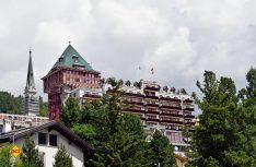 Wer es sich erlauben kann, hier seinen Urlaub zu verbringen, der hat es wohl geschafft – das Badrutt´s Palace Hotel in St. Moritz. (Foto: hcb)