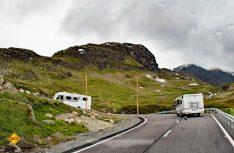 Bei schlechter Sicht und Temperaturen unter Null sollte man bei Passfahrten mit größeren Wohnmobilen sehr umsichtig zu Werke gehen. (Foto: hcb)