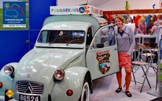 Charmantes Duo: Anna Hollenbach vom Luxemburger Camping Fuussekaul mit ihrem Dienstwagen auf dem Caravan Salon. (Foto: det)