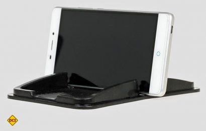 Praktische Ablage für alle Smartphones: Das Heyner AntiSlipPad Pro wird ohne Klebstoff am Armaturenbrett befestigt, passt für alle Telefone und ist vielseitig einsetzbar. (Foto: Heyner)