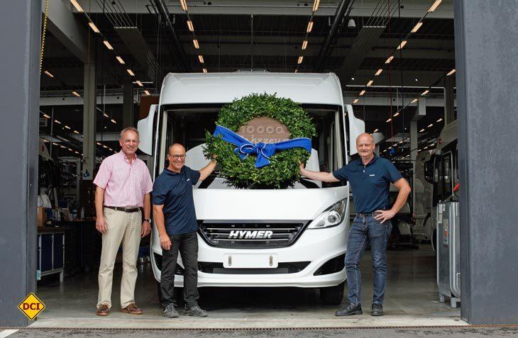 Stolzes Jubiläum: (von links) Jochen Hein, Geschäftsführer Hymer, Thomas Eisele, Bandmeister und Werksleiter Bernd Veser haben allen Grund zum Feiern. (Foto: Hymer)