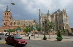 Die Kathedrale von Astorga (links) und Bischofspalast. (Foto: Meurer)