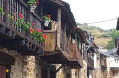 Ein kleines Bergdorf am Camino in der Provinz Léon: El Acebo mit seinen typischen Schiefer-Holzhäusern. (Foto: Meurer)