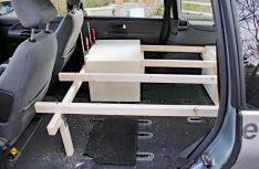Latten bilden die Unterkonstruktion für den Ausbau des Ford. Durch eine geschickte Planung ergeben sich der Stauraum und die Liegefläche. (Foto: Kleinschwärzer)