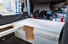 Die Spanplatten werden zu einer Auflage für die Matratze zusammen geschraubt. Die Vierkanthölzer dienen als Auflage für die weitere Konstruktion. (Foto: Kleinschwärzer)