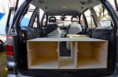 An einem Wochenende wurde der Laderaum des Ford Galaxy zu einer Art Wohnmobil oder Kastenwagen umgebaut. Einfach und rustikal. (Foto: Kleinschwärzer)