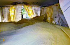 So schaut' s aus: Matratze drauf, Gardinen rund um angepinnt, fertig ist das Schlafmobil. (Foto: Kleinschwärzer)