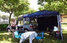 Mit dem 3x3-Meter Pavillon wird die Sache rund. Camping geht eben auch mit einfachen Mittel und macht viel Spaß. (Foto: Kleinschwärzer)