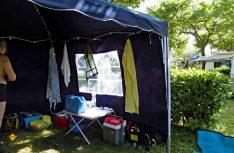 Camping-Leben pur. Alle wichtigen Dinge für einen erholsamen Urlaub sind dabei. (Foto: Kleinschwärzer)