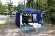 Ein Tisch, ein Zelt, ein Bett. Camping-Urlaub in seiner reinen Form. Der Selbstumbau von Manfred macht es möglich. (Foto: Kleinschwärzer)