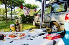 Urlaub in der freien Natur. Man kann fast die Wärme spüren und die Speisen genießen. Camping ist für viele das Größte. (Foto: Kleinschwärzer)