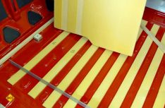 Erste Isolierungsarbeiten mit XPS-Streifen am Boden. (Foto: Klinke)