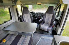 Die Sitzgruppe mit der Halbdinette und den Fahrehausitzen. Der Tisch kann erweitert werden. (Foto: det)