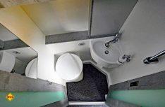Der Sanitärraum ist kompakter geworden, reicht aber aus, weil er praxisgerecht ausgestattet ist. (Foto: det)