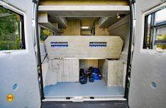 Das vorder Teil des Heckbettes kann aufgestellt werden und ermöglicht einen flexiblen Laderaum. (Foto: det)