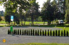 Zwölf ruhige Stellplätze im Grünen unweit des Ortskerns hat Rehau am Siedlerplatz eingerichtet. (Foto: Rehau)