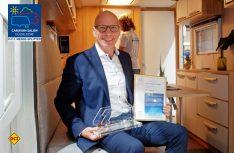 Wolfgang Speck, Geschäftsführer von Knaus Tabbert mit dem Lupo 2017 für Dynamik, Innovation und Ultra-Leichtbau in der Kategorie Hersteller. (Foto: det)