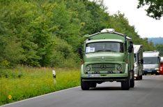 Oldie unterwegs. Ein Mercedes Rundhauber als rustikales Wohnmobil. (Foto: det)