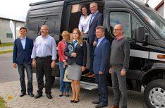 Die VIPs zum Gruppenfoto am Wohnmobil: (Foto: det)
