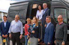 Die VIPs am Wohnmobil: In der Mitte eine der wichtigsten Mitglieder: Poola Sapinska vom Guinness-Book Rekord-Komitee. (Foto: det)