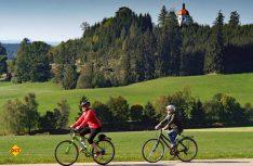 Vor der prächtigen Kulisse der Buschelkapelle in Ottobeuren – Radwandern im Allgäu (Foto: Christian Prager)