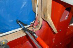 Die Rahmen für die Fenster werden befestigt. (Foto: Klinke)