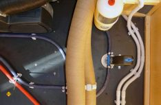 Gasanlage: Heizungsschläche und Leitung werden im Doppelbodenverlegt, das Frostschutzventil der Heizung ist griffgünstig angebracht. (Foto: Klinke)