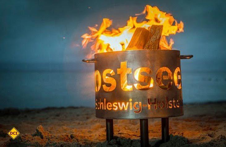 """Nicht nur das romantische Feuer sorgt für eine tolle Atmosphäre beim herbstlichen """"Lichtermeer-Spektakel an der Ostseeküste von Schleswig- Holstein. (Foto: Ostsee-Holstein-Tourismus)"""